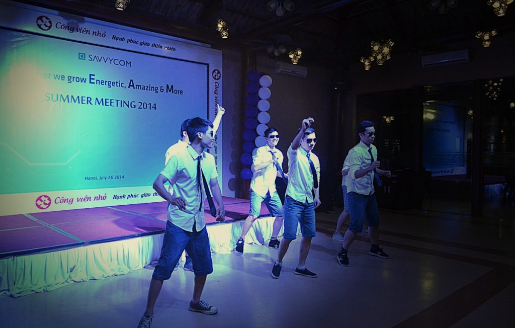 "Great ""Gangnam Style"" dancing performance of Savvycom Men"